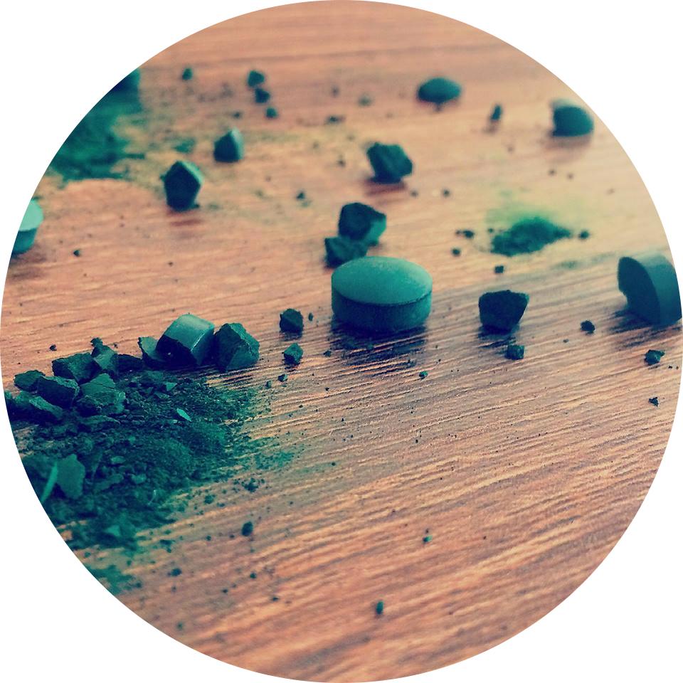 comprimés de spiruline cassés